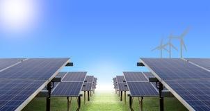 Solarbauernhof und Windkraftanlage Lizenzfreie Stockfotografie