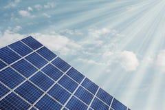Solarcell ενάντια στον ουρανό με τις ηλιαχτίδες Στοκ εικόνα με δικαίωμα ελεύθερης χρήσης