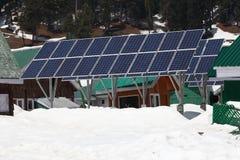 Solarcells op de winter met sneeuwberg Royalty-vrije Stock Afbeelding