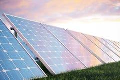 Solarenergie-Generationstechnologie der Illustration 3D Alternative Energie Solarbatteriefeldmodule mit szenischem Sonnenuntergan Stockbild