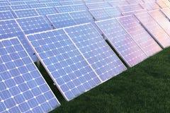 Solarenergie-Generationstechnologie der Illustration 3D Alternative Energie Solarbatteriefeldmodule mit szenischem Sonnenuntergan Stockfoto