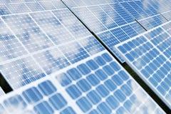 Solarenergie-Generationstechnologie der Wiedergabe 3D Alternative Energie Solarbatteriefeldmodule mit blauem Himmel stock abbildung