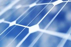 Solarenergie-Generationstechnologie der Wiedergabe 3D Alternative Energie Solarbatteriefeldmodule mit blauem Himmel vektor abbildung
