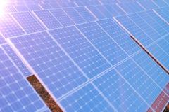 Solarenergie-Generationstechnologie der Wiedergabe 3D Alternative Energie Solarbatteriefeldmodule mit szenischem Sonnenuntergang  lizenzfreie abbildung