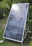 Solarenergie-Gremium im Garten Stockfotografie
