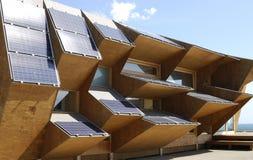 Solarenergieanzeigengebäude an Barcelona-Strand. Spanien