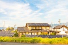 Solarenergiegremien, photo-voltaische Module für Innovation grünen Energie für das Leben lizenzfreies stockfoto