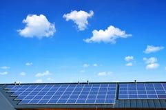 Solarenergieplatte auf dem Dach des Hauses im blauen Himmel des Hintergrundes Lizenzfreie Stockbilder