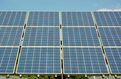 Solarenergieplatten auf Dach des Hauses Stockfoto