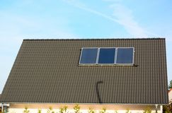 Solarenergieplatten auf Dach des Hauses stockbilder