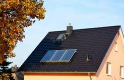Solarenergieplatten auf Dach des Hauses Lizenzfreie Stockfotografie