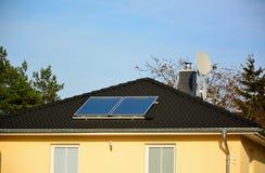 Solarenergieplatten auf Dach des Hauses Lizenzfreie Stockbilder