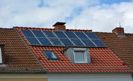 Solarenergieplatten auf Dach des Hauses stockbild
