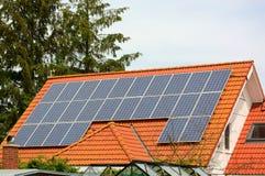 Solarenergieplatten auf Dach des Hauses Lizenzfreies Stockfoto