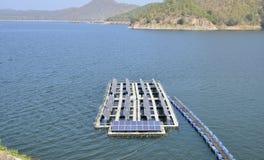 Solarenergieplatten auf einem See Stockfotografie