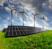 Solarenergieplatten mit Windkraftanlagen Stockfoto