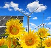 Solarenergieplatten mit Windkraftanlagen Stockfotos