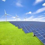 Solarenergieplatten und -Windkraftanlage Stockfotografie