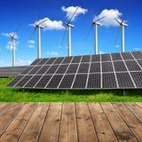 Solarenergieplatten und -Windkraftanlagen Stockbilder