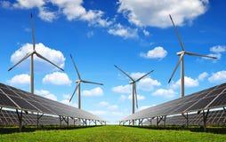 Solarenergieplatten und -Windkraftanlagen Stockfotografie