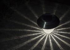 Solargartenlicht oder -laterne in der Dunkelheit stockbild