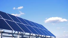 Solargeräte auf dem Dach Spezielle Platten auf dem Himmelhintergrund sammeln Sonnenlicht, um Energie zu erhalten stock video footage