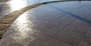 Solargreller glanz auf den Linien der Pflasterung Stockbilder