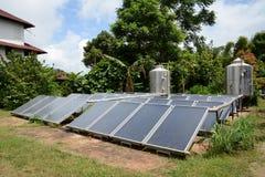 Solarheizsystem auf dem Dach Stockbilder