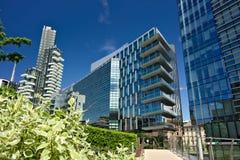 Solarier st?r h?gt med balkonger och moderna byggnader med curtan exponeringsglasfasader Glasat aff?rsomr?de med skyskrapor och royaltyfri fotografi