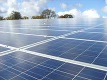 Solarkraftwerk an einem sonnigen Platz Stockfotografie