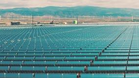 Solarkraftwerk und Windpark in Spanien, Vogelperspektive Säubern Sie Energieerzeugung stock video