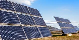 Solarkraftwerk unter Verwendung der erneuerbaren Energie mit Sonne Lizenzfreies Stockfoto