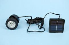 Solarlampe auf blauem Hintergrund lizenzfreies stockfoto
