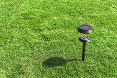Solarlampe im Garten mit Schatten Stockfotografie