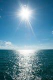 Solarlichtstrahl in Meer lizenzfreie stockfotografie