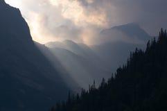 Solarlichtstrahlen und Nebel Stockbild