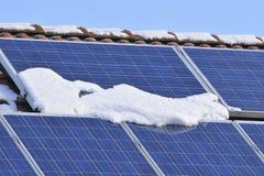 Solarmodule mit Schnee Stockfotos