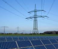 Solarpark und Stromleitung Stockfotos