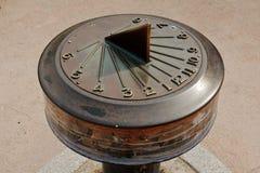 Solaruhr, die Zeit vier Uhr zeigt Stockfoto