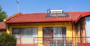 Solarwarmwasserbereitungs-Rohre auf einem Dach lizenzfreies stockfoto