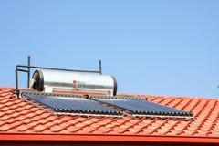Solarwarmwasserbereitungs-Rohre auf einem Dach lizenzfreie stockbilder