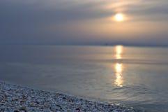 Solarweg auf dem Meer im Hintergrund, die Seeküste stockfotografie
