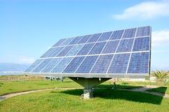 Solarzelle auf blauem Himmel mit Wolken lizenzfreies stockbild