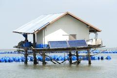 Solarzelle auf Holzhaus auf dem Meer Lizenzfreie Stockfotografie