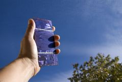 Solarzelle in einer Hand lizenzfreie stockbilder