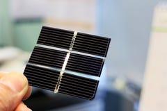 Solarzellen-Hand, die Energie-Zusammenfassung hält stockfoto