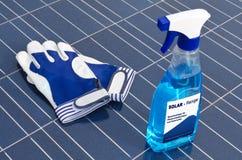 Solarzellen und Reinigungsmittel Stockbilder