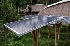 Solarzellenbauernhof im grünen Dorf Stockbild