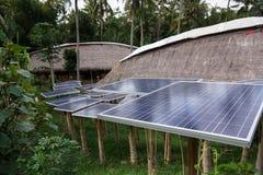 Solarzellenbaum im grünen Dorf Stockfoto