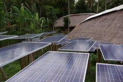 Solarzellenbaum im grünen Dorf Lizenzfreie Stockfotos